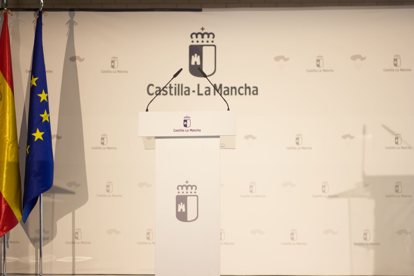 detalle atril sonido Castilla La Mancha con fondo lona evento