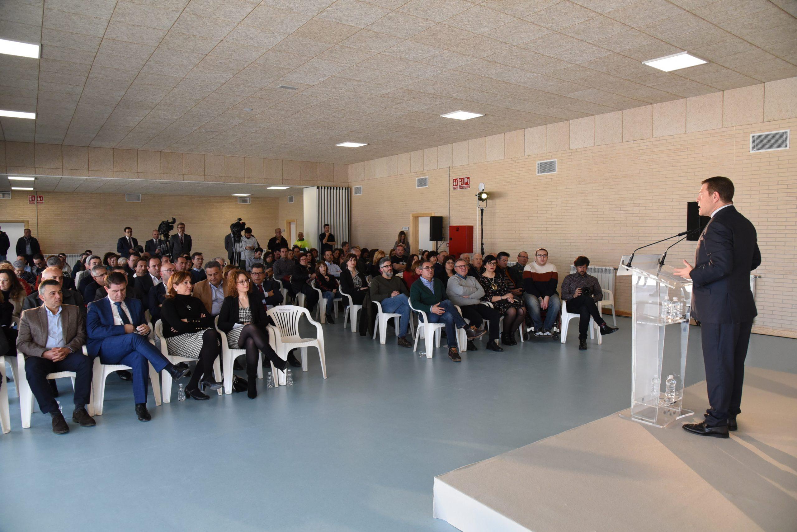 publico asistente viendo a Page hablar en el nuevo colegio de Villamalea